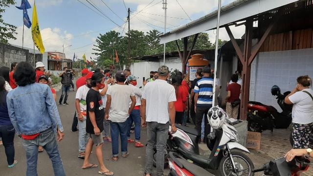 Kesal Penyaluran Bantuan Covid Tebang Pilih, Warga Walian Demo Kantor Lurah