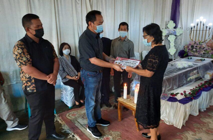Walikota Melayat Sekaligus Serahkan Santunan Duka ke Alm Emil Lalawi