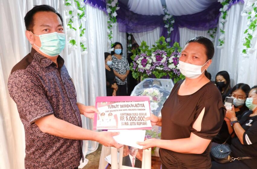 Walikota Serahkan Dana Duka ke Keluarga Alm Daniel Sulu