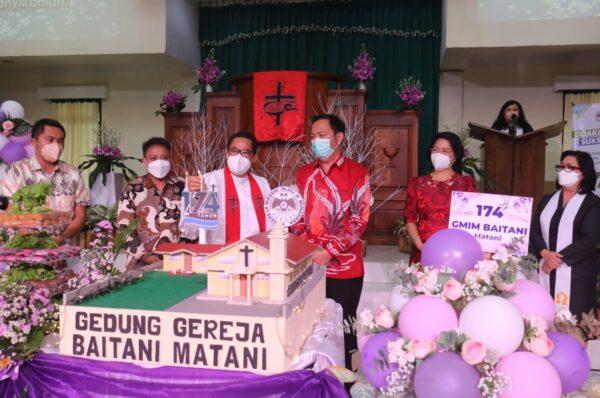 Walikota - Bunda Syanet Sambut Pdt Greisye di Ibadah Syukur HUT ke 174 GMIM Baitani